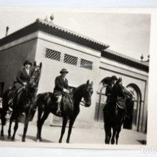 Postales: ANTIGUA FOTO POSTAL. TRIO DE JINETES Y COCHE DE EPOCA. SIN CIRCULAR. AÑOS 20.. Lote 172749524