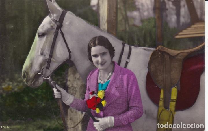 PRECIOSA SEÑORITA COGIENDO A UN CABALLO ED. 1734 CIRCULADA EN 1934 (Postales - Postales Temáticas - Animales)