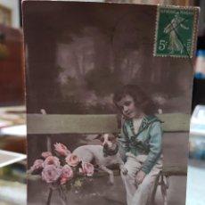Postales: ANTIGUA POSTAL ROMANTICA NIÑO Y PERRO FRANCESA. Lote 242321830