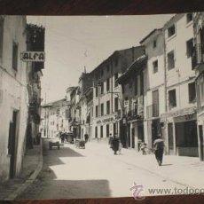 Postales: ANTIGUA FOTO POSTAL DE CALAMOCHA (TERUEL) CALLE REAL . ED. MONTAÑES Nº 10 - CIRCULADA. Lote 24961703