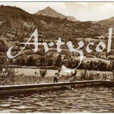 Postales: BONITA Y RARA POSTAL - BENASQUE (HUESCA) - HOTEL ANETO - PISCINA AL FONDO PICO GALLINERO. AMBIENTADA. Lote 34256933