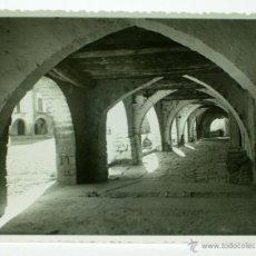 Postales: FOTOGRAFÍA AINSA PLAZA SOPORTALES CLICHE FOTO AFICIÓN HUESCA AÑOS 50. Lote 43583267