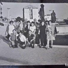 Postales: ANTIGUA FOTOGRAFÍA. FUENTE LA GLORIETA. TERUEL. GRUPO DE AMIGOS. FOTO AÑOS 60/70.. Lote 66422922