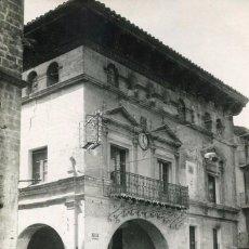 Postales: VALDERROBRES-EL AYUNTAMIENTO EN PLAZA ESPAÑA- AÑOS 40-50- FOTOGRÁFICA-MUY RARA ÚNICA. Lote 87809736