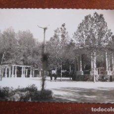 Postales: AÑO 1961 PRECIOSA POSTAL HUESCA. PARQUE Y QUIOSCO MUSICA. CIRCULADA CON SELLO. Lote 100063483