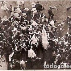 Postales: ANTIGUA POSTAL Nº 4 PAMPLONA ENCIERRO DE LOS TOROS ESCRITA 1961 FOTO RUPEREZ. Lote 114847103