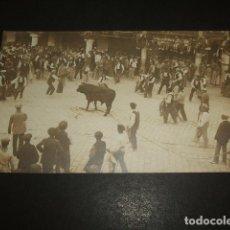 Postales: TERUEL PLAZA DEL TORICO POSTAL FOTOGRAFICA HACIA 1910 TORO ENSOGADO RARA POSTAL. Lote 138941634
