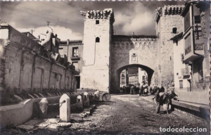 POSTAL DE DAROCA -PUERTA BAJA Y FUENTE DE LOS 20 CAÑOS . (Postales - España - Aragón Moderna (desde 1.940))
