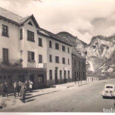 Postales: POSTAL DE BROTO -CARRETERA Y VISTA PARCIAL .. Lote 160291838