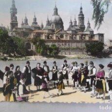 Postales: POSTAL ZARAGOZA. A ORILLAS DEL EBRO Y EL PILAR. GRUPO FOLKLÓRICO ARAGONES ESTESO. SICILIA. CIRCULADA. Lote 167104736