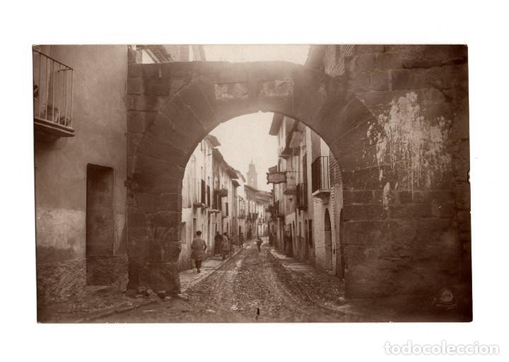 ALCOLEA DE CINCA.(HUESCA).- PORTAL DE LA CALLE MAYOR. POSTAL FOTOGRÁFICA. (Postales - España - Aragón Antigua (hasta 1939))