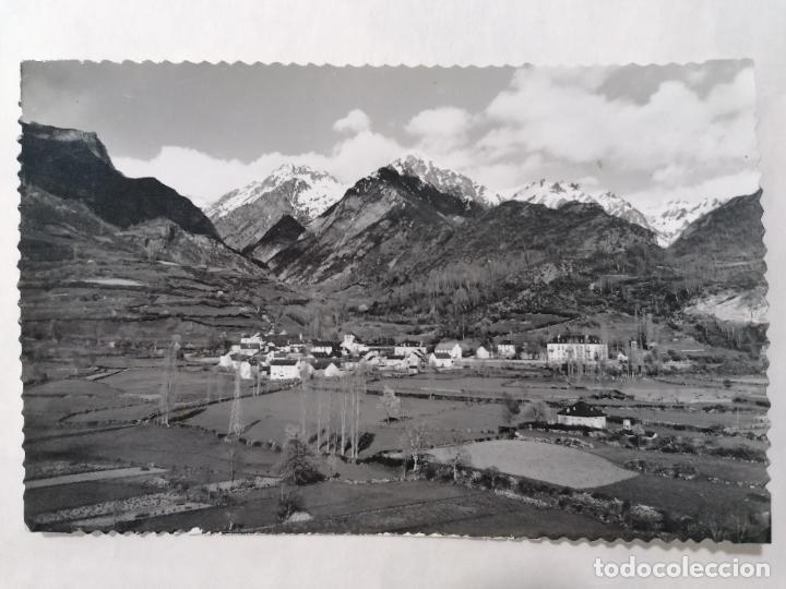 POSTAL EL PUEBLO DE JACA, VALLE DE TENA, VISTA GENERAL Y EL VALLE, AÑO 1960 (Postales - España - Aragón Moderna (desde 1.940))