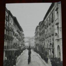 Postales: FOTO POSTAL DE HUESCA, ESQUINA CALLE VEGA ARMIJO, COMITIVA DE UN ENTIERRO, NO CIRCULADA.. Lote 269337273