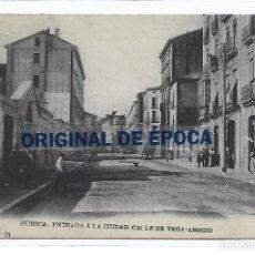 Postales: (PS-66048)POSTAL DE HUESCA-ENTRADA A LA CIUDAD.CALLE DE VEGA-ARMIJO.L.ESCOLA. Lote 275289853