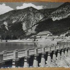 Postales: FOTO POSTAL DE ARGUIS, HUESCA, VISTA DE LA RESIDENCIA DESDE LA PRESA, N.2, ED. DARVI, CIRCULADA.. Lote 295001353