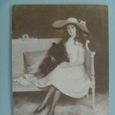 Postales: PRECIOSA POSTAL CON CUADRO DE SEÑORITA Y PERRO . ESCRITA EN CATALAN EN 1920. Lote 115518846