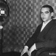 Postales: POSTAL DE FEDERICO GARCÍA LORCA EN LOS ESTUDIOS DE UNIÓN RADIO EN 1929. TEMA: ESCRITOR.. Lote 247373360