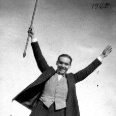 Postales: POSTAL DE FEDERICO GARCÍA LORCA FOTOGRAFIADO POR LUIS BUÑUEL EN 1925. TEMA: ESCRITOR.. Lote 247141485