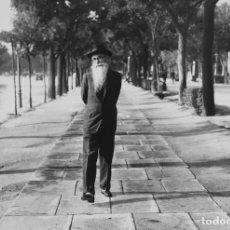 Postales: POSTAL DE LA FOTO RAMÓN MARÍA DEL VALLE-INCLÁN EN EL PASEO DE RECOLETOS, DE ALFONSO SÁNCHEZ PORTELA.. Lote 194530101