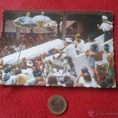 Postales: TARJETA POSTAL POST CARD NGABEN BALI INDONESIA. CREMATION CUERPO SIENDO LLEVADO A TORRE DE CREMACION. Lote 54368102