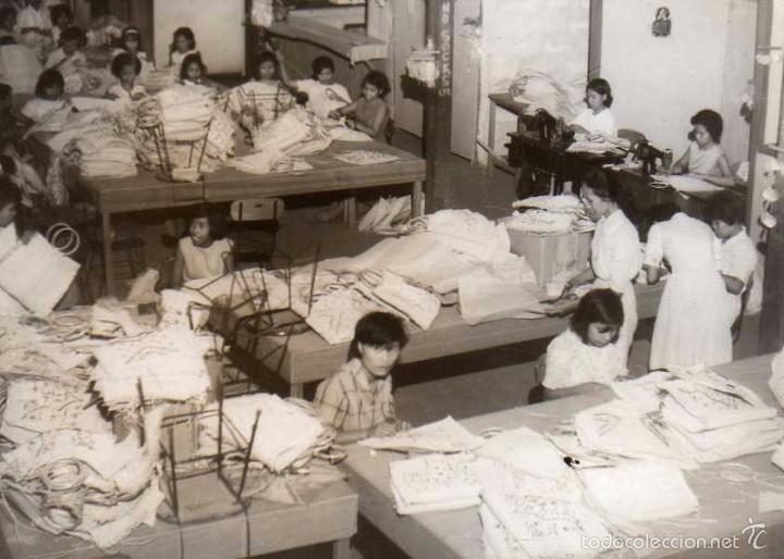 FOTOGRAFÍA MANILA FILIPINAS, INTERIOR ESCUELA DE OFICIOS VIOLA NUEVA. MUJERES HACIENDO BOLSOS (Postales - Postales Extranjero - Asia)