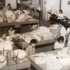 Postales: FOTOGRAFÍA MANILA FILIPINAS, INTERIOR ESCUELA DE OFICIOS VIOLA NUEVA. MUJERES HACIENDO BOLSOS. Lote 58260862
