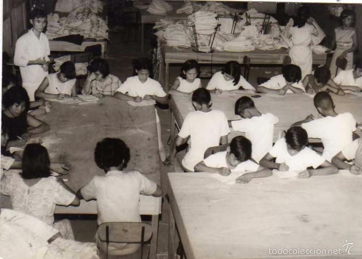 FOTOGRAFÍA MANILA FILIPINAS, CLASE DE RELIGIÓN, LOS NIÑOS DE LA FÁBRICA. (Postales - Postales Extranjero - Asia)