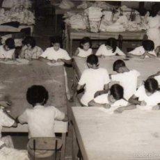 Postales: FOTOGRAFÍA MANILA FILIPINAS, CLASE DE RELIGIÓN, LOS NIÑOS DE LA FÁBRICA. . Lote 58260893