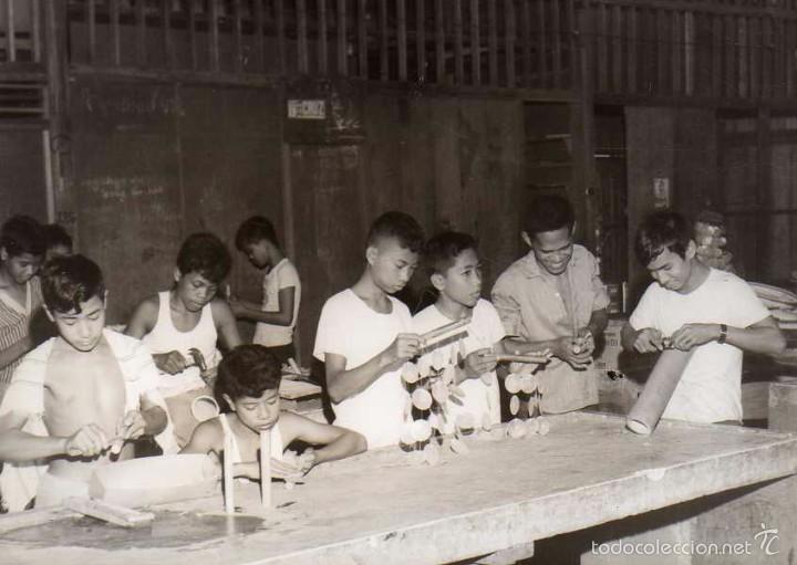 FOTOGRAFÍA MANILA FILIPINAS, INTERIOR ESCUELA DE OFICIOS VIOLA NUEVA. NIÑOS TRABAJANDO. (Postales - Postales Extranjero - Asia)