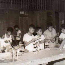 Postales: FOTOGRAFÍA MANILA FILIPINAS, INTERIOR ESCUELA DE OFICIOS VIOLA NUEVA. NIÑOS TRABAJANDO.. Lote 58260911
