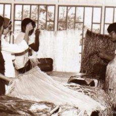 Postales: FOTOGRAFÍA, FILIPINAS. SORIANO´S PHOTO. BAGONG PAGASA. HCIENDO FALDAS DE HAWAIANA. ESCUELA OFICIOS. Lote 58261115
