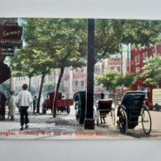 Postales: ANTIGUA TARJETA POSTAL SHANGHAI BUBBLING WELL RD NEAR SEYMOAR RD AÑOS 30 KINGSHILL TRADING CO CHINA. Lote 262919150