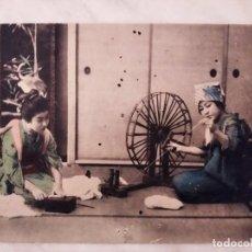 Postales: ANTIGUA TARJETA POSTAL JAPONESA. HILANDO. GEISHA. APROX 1910. BELLISIMA. Lote 288397368