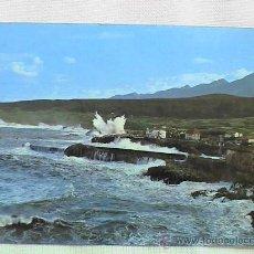 Postales: LLANES, ENTRADA AL PUERTO Y TEMPORAL EN LA COSTA. Lote 15014183