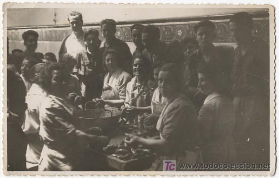 GRUPO DE HOMBRES Y MUJERES HACIENDO CHORIZOS COSTUMBRES ASTURIAS FOTO LENA GIJÓN (Postales - España - Asturias Moderna (desde 1.940))