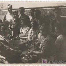 Postales: GRUPO DE HOMBRES Y MUJERES HACIENDO CHORIZOS COSTUMBRES ASTURIAS FOTO LENA GIJÓN. Lote 22633278