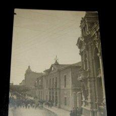 Postales: ANTIGUA FOTO POSTAL DE LLANES - ASTURIAS - AÑO 1921 - AYUNTAMIENTO Y CASINO - PARECE COMO UNA PROCES. Lote 27164946