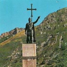 Postales: COVADONGA (ASTURIAS) - ESTATUA DEL REY DON PELAYO (LEVES DOBLECES). Lote 27885412