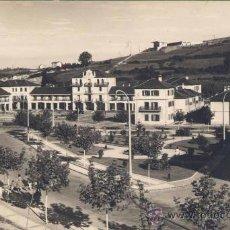 Postales: LLARANES (AVILÉS).- JARDINES ( SE VEN LOS ECONOMATOS DE ENSIDESA). Lote 28572945