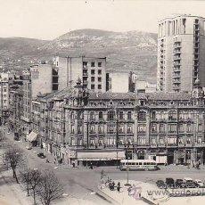 Postales: OVIEDO: PASEO DE JOSE ANTONIO Y CALLE URIA. BONITA POSTAL EDICIONES ALARDE CIRCULADA 1959 A BURGOS.. Lote 29593198