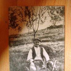 Postales: POSTAL ANTIGUA ASTURIAS OVIEDO. MANOLÍN EL COXU, CABRUÑANDO LA GUADAÑA. CIRCULADA EL 16/10/1919. . Lote 32661679