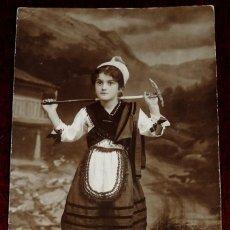 Postales: FOTO POSTAL DE NIÑA CON TRAJE DE ASTURIANA, FOTOGRAFIA DE CANDIDO EN LLANES (ASTURIAS), DEDICADA EN . Lote 40897873