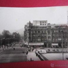 Cartes Postales: OVIEDO. CALLE URIA. CIRCULADA AÑOS 50. 2 SCAN. ANIMADA, COCHES.. Lote 42155040