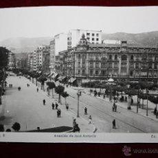 Postales: ANTIGUA FOTO POSTAL DE OVIEDO. ASTURIAS. AVENIDA DE JOSÉ ANTONIO. ED. ARRIBAS. SIN CIRCULAR. Lote 45305237