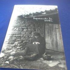 Postales: CURIOSA FOTO POSTAL-PREPARANDO LA PARVA-, VARELA-PRAVIA ASTURIAS.. Lote 52781529