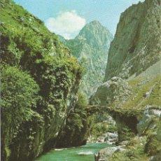Postales: PICOS DE EUROPA PUENTE DE LA JAYA SOBRE EL RIO CARES . CAMINO A BULNES. Lote 116394239