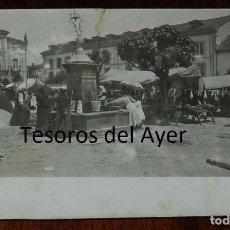 Postales: FOTO POSTAL DE PRAVIA, ASTURIAS, FUENTE EN PLAZA EL DIA DEL MERCADO, NO CIRCULADA, ORIGINAL 100%. MA. Lote 133614238