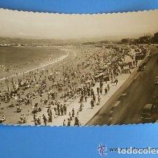 Postales: POSTAL FOTOGRAFÍA DE GIJÓN1 PASEO Y PLAYA, AÑOS 50 . BLANCO Y NEGRO - SIN CIRCULAR. Lote 135369426