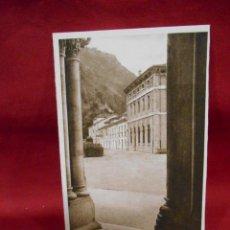 Postales: ANTIGUA POSTAL - COVADONGA - CASAS DE LOS CANONIGOS DESDE EL PORTICO - SIN CIRCULAR -. Lote 142090458