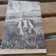 Postales: TARJETA POSTAL OVIEDO MANOLIN EL COXU CABRUÑANDO LA GUADAÑA. Lote 153959862